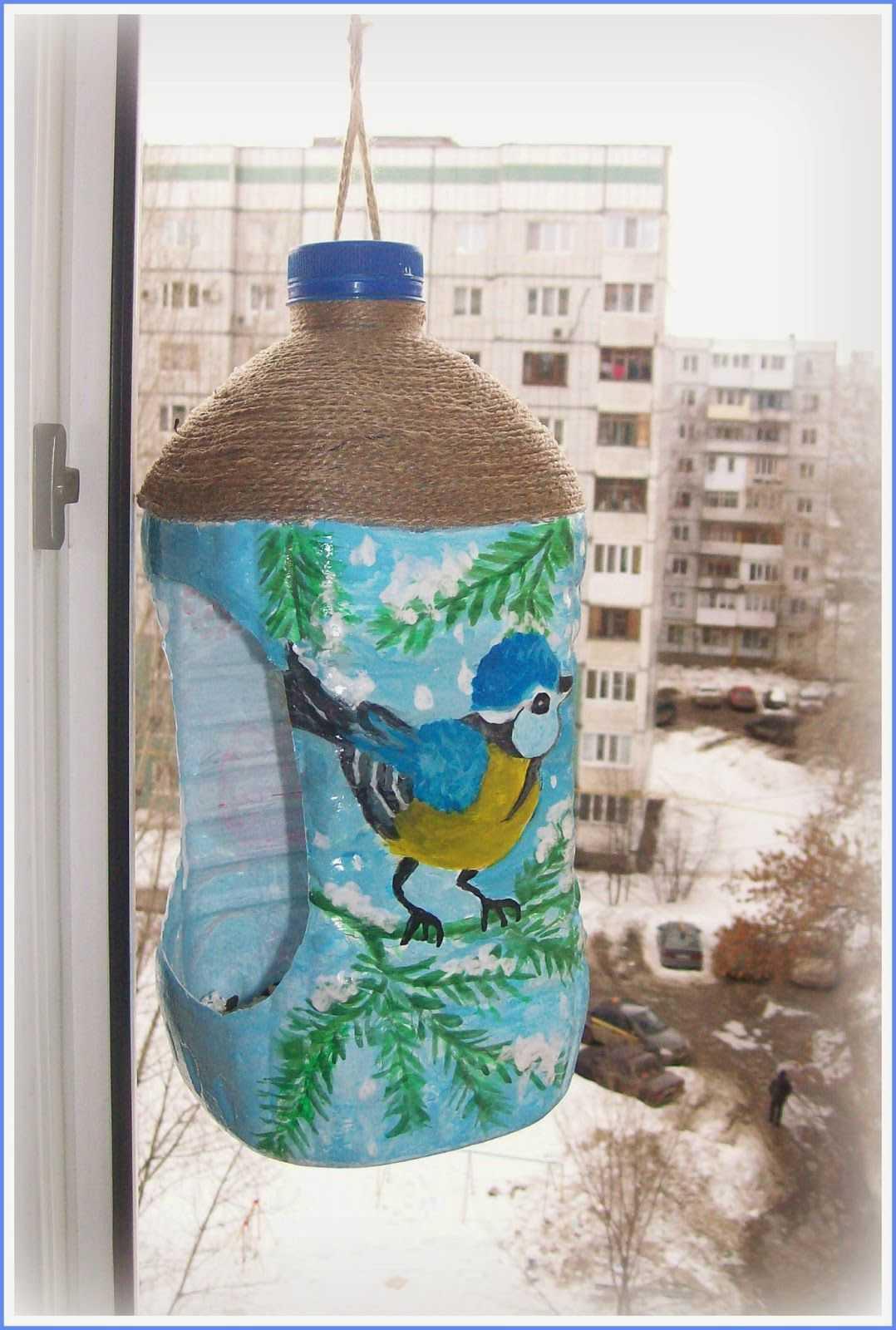 Как сделать кормушку для кур своими руками, в том числе из пластиковой 5 литровой бутылки?