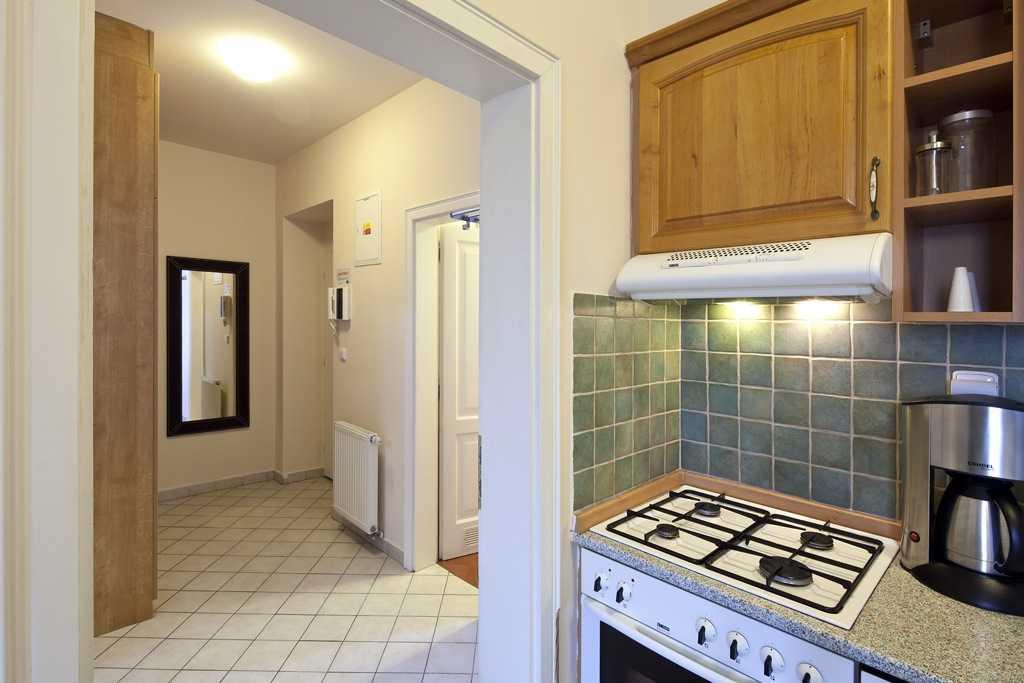 Интересное и необычное решение оформить кухню в коридоре квартиры