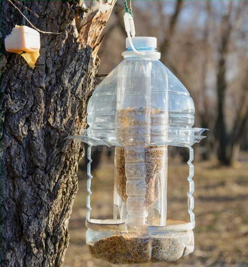 Самодельная кормушка для птиц из пластиковой бутылки.