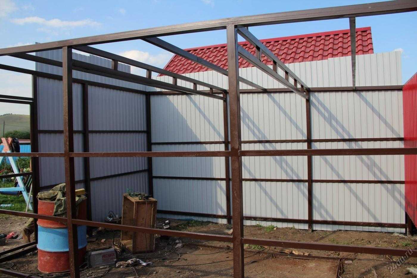 Как построить сарай из профнастила на даче своими руками?